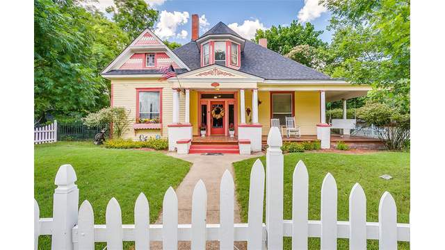 This Lovely Century Old Texas Home For Sale Has Two Huge Backyards