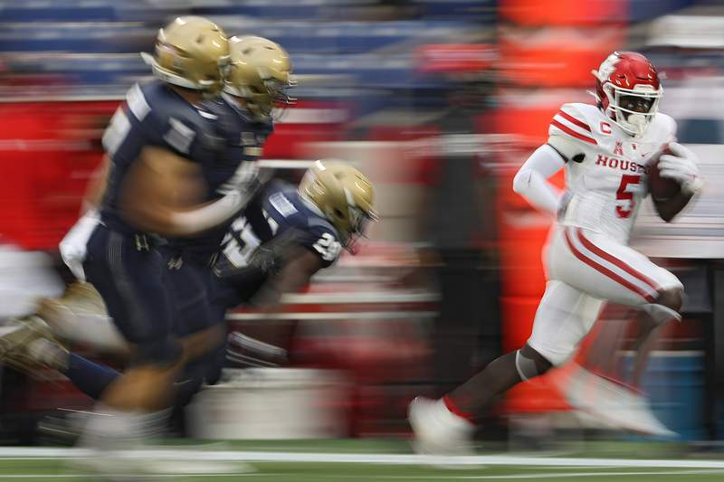ANNAPOLIS, MARYLAND - OCTOBER 24: Wide receiver Marquez Stevenson #5 of the Houston Cougars rushes past cornerback Caleb Clear #29 of the Navy Midshipmen and other defenders during the second quarter at Navy-Marine Corps Memorial Stadium on October 24, 2020 in Annapolis, Maryland. (Photo by Patrick Smith/Getty Images)