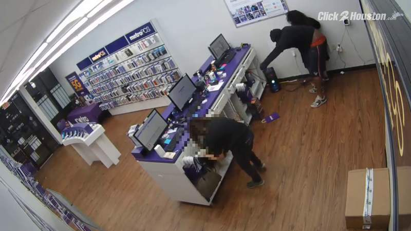 Aggravated robbery of a PC Metro on Imperial Valley caught on camera
