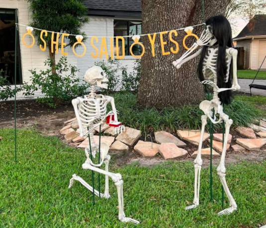 Pearland neighbors create love story with Halloween decorations