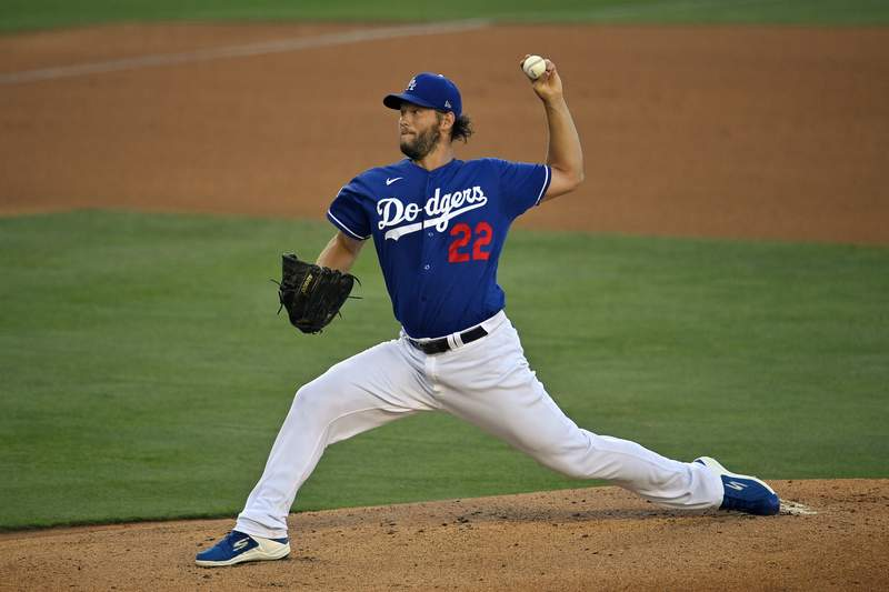 El pitcher de los Dodgers de Los Angeles Dodgers Clayton Kershaw lanza en un partido interescuadras el 6 de julio del 2020. El martes 7 de julio del 2020 el mnager Dave Roberts confirma que Clayton Kershaw ser abridor en el da inaugural de la temporada por novena ocasin, un rcord de franquicia.  (AP Photo/Mark J. Terrill)