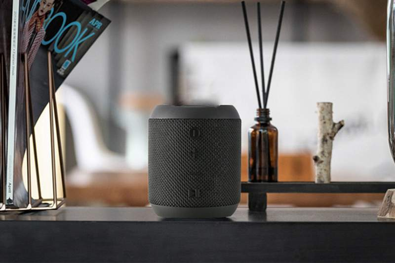 This wireless and waterproof speaker boasts two subwoofer diaphragms that enhance bass for stronger penetrating power.
