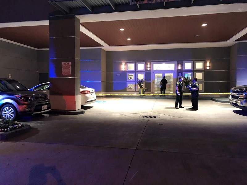 Houston police investigating Midtown apartment complex after man shot during robbery on Nov. 23, 2020.
