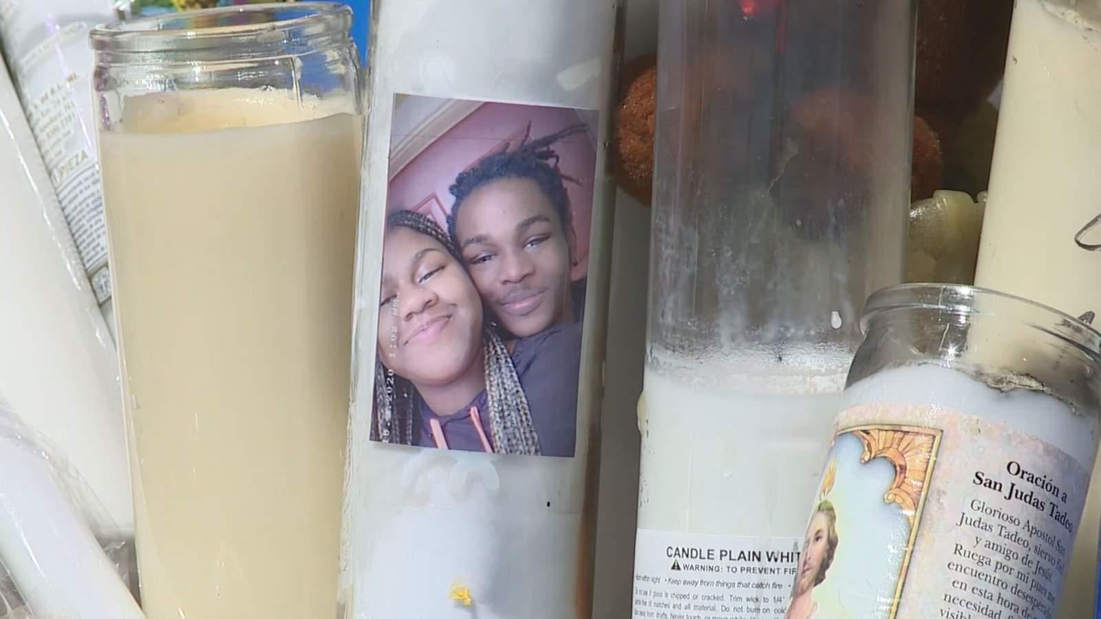 La comunidad busca respuestas para la muerte prematura de un adolescente de Houston disparado, asesinado mientras esperaba el autobús 9