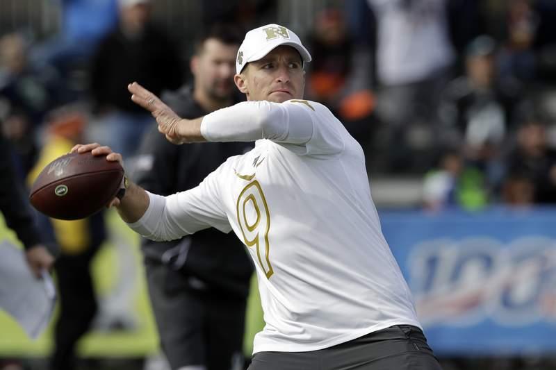 El quarterback Drew Brees de los Saints de Nueva Orleans lanza un pase durante un entrenamiento para el Pro Bowl de la NFL, el mircoles 22 de enero de 2020, en Kissimmee, Florida. (AP Foto/Chris O'Meara)