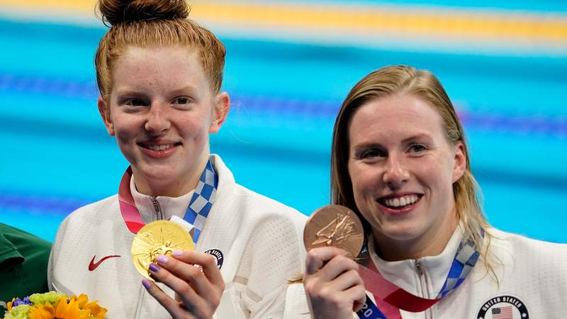 Lydia Jacoby and Lilly King accept 100m breaststroke medals