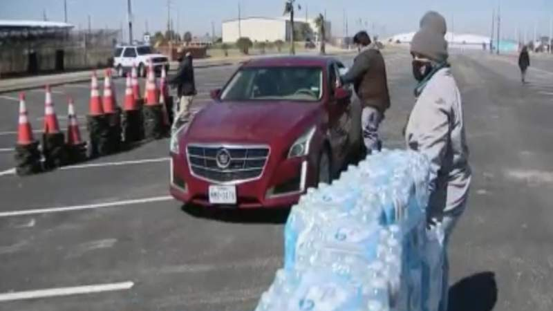 Galveston distributes water to residents amid boil notice