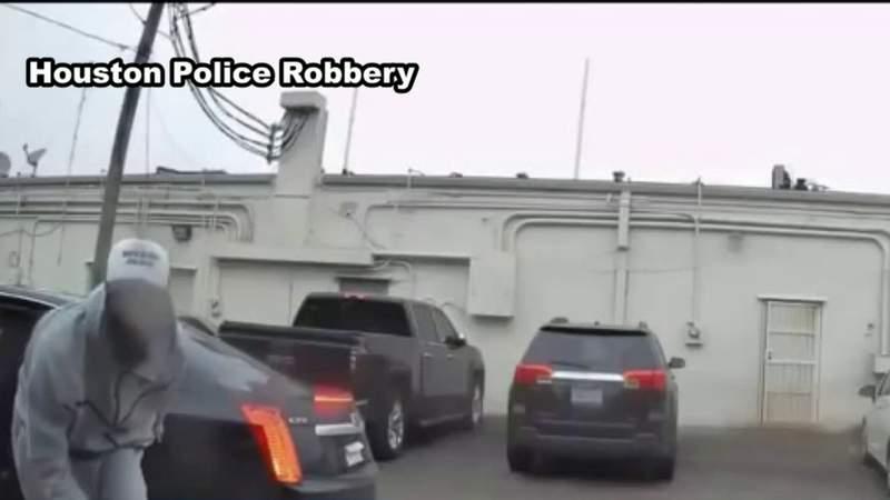 Man smashes car window, steals woman's purse