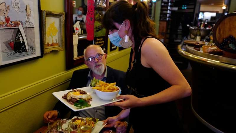 Restaurants offering hiring bonus to attract workers during shortage