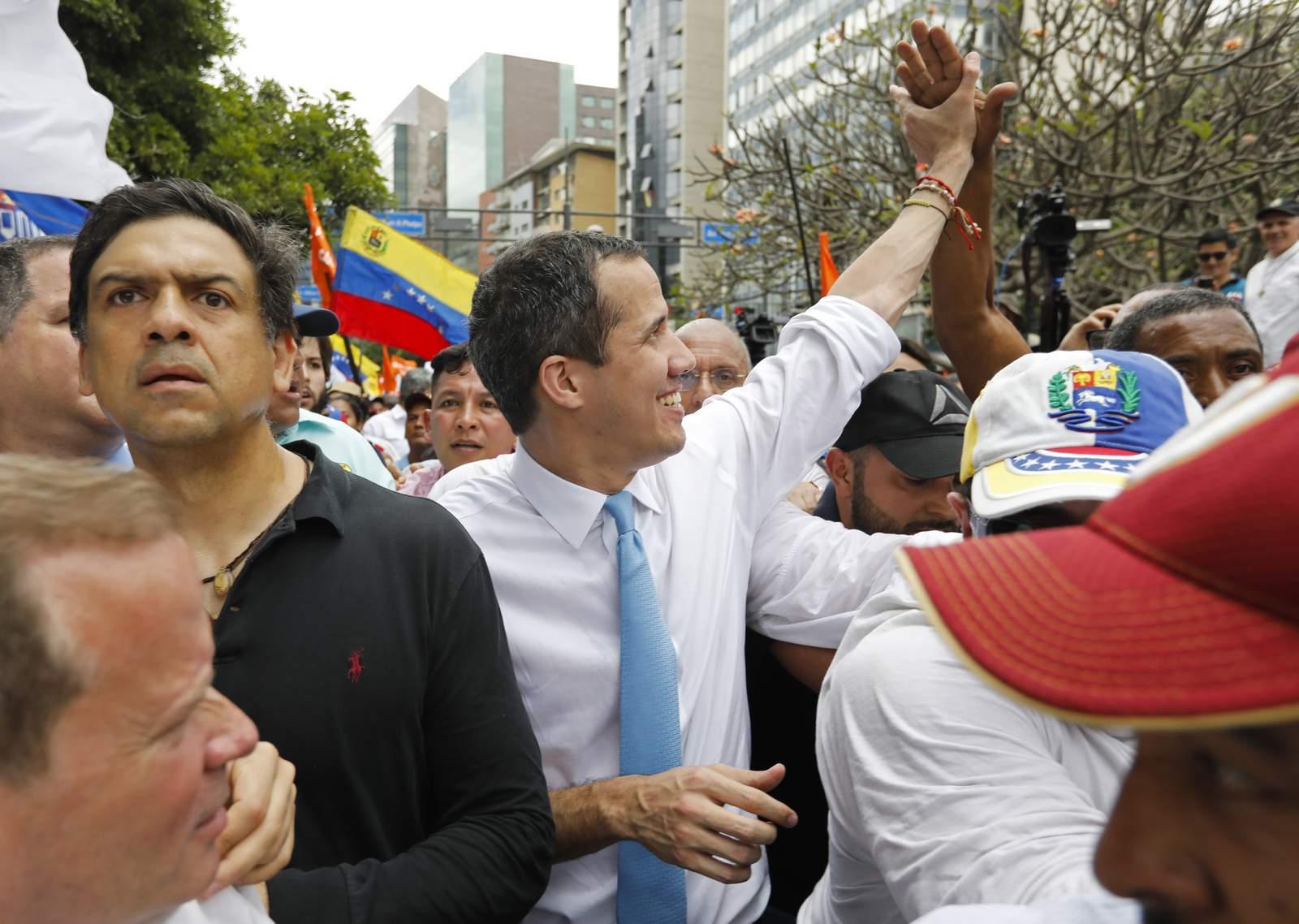 Guaidó insta al gobierno de unidad respaldado por préstamos para combatir el virus 39