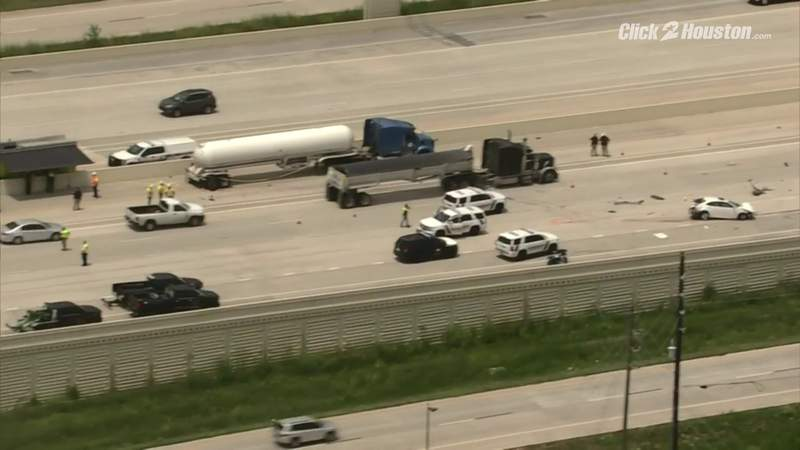 Truck crash closes lanes in Fort Bend County