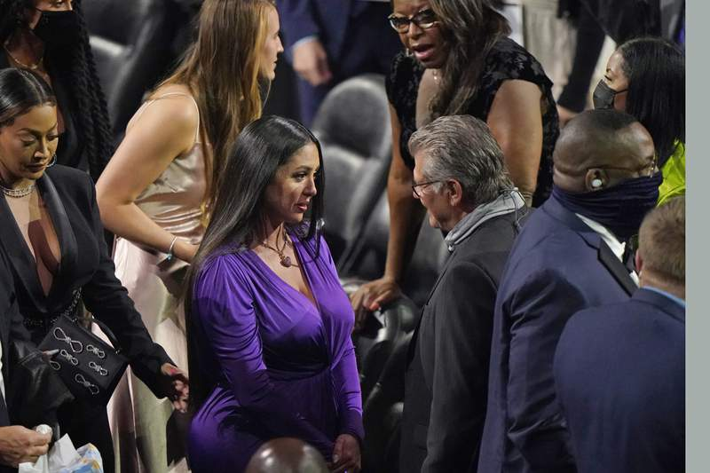 Vanessa Bryant, center, speaks to Connecticut coach Geno Auriemma, before the 2020 Basketball Hall of Fame enshrinement ceremony, Saturday, May 15, 2021, in Uncasville, Conn. She had wanted her daughter Gianna, who perished in a helicopter crash with her father Kobe Bryant, to play for Connecticut. (AP Photo/Kathy Willens)