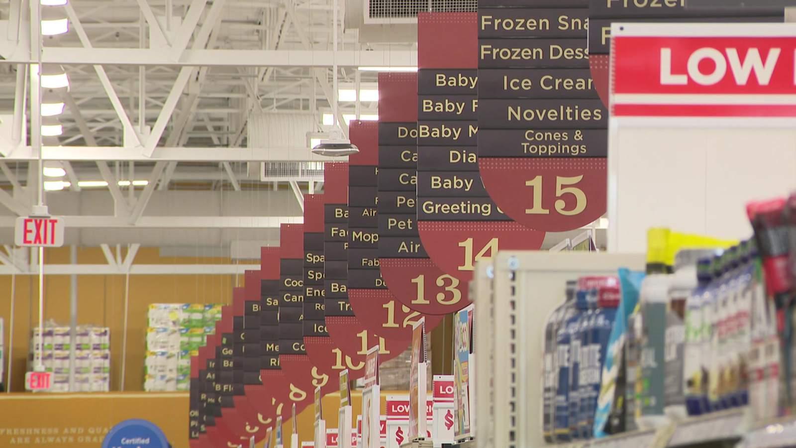 H-E-B asegura a los clientes que a pesar de los estantes vacíos, hay más productos en camino 71