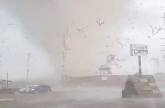 Vea videos y fotos que muestran el impacto de un tornado arrasando una ciudad de Arkansas 48