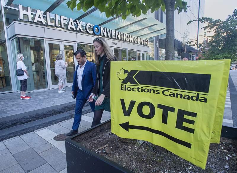Votantes llegan al Centro de Convenciones de Halifax para participar en las elecciones federales, en Halifax, Canad, el lunes 20 de septiembre de 2021. (Andrew Vaughan/The Canadian Press va AP)