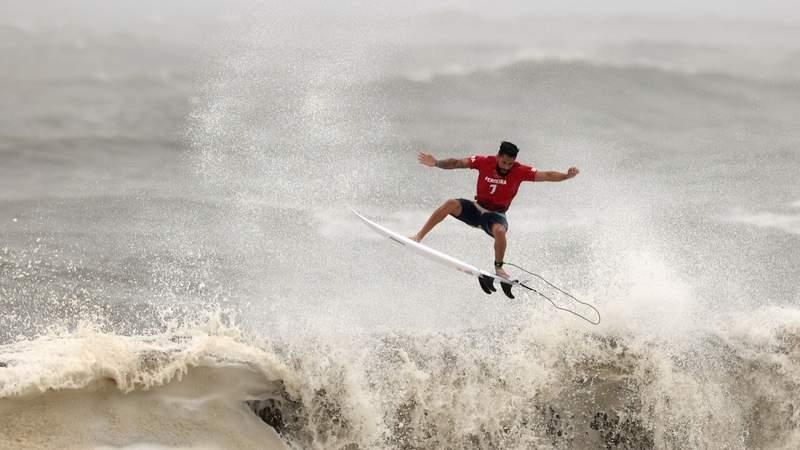 Italo Ferreira scores near-perfect wave