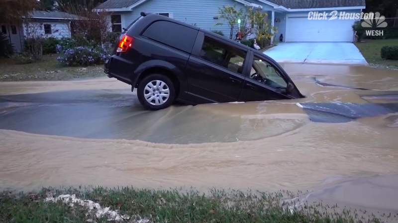 Good Samaritans pull couple from sinking van as its swallowed by sinkhole