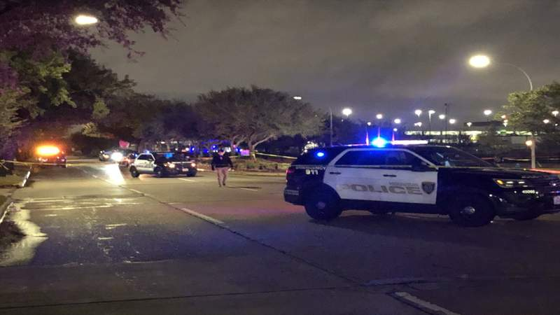 Carjacking suspect shot by Houston police officer, HPD says