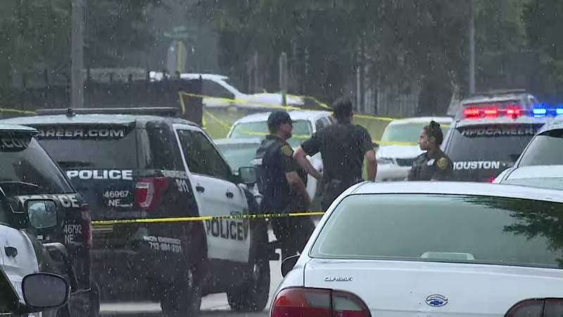 Security guard finds men in shootout, kills one gunman