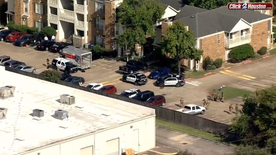 Dos agentes del HPD recibieron disparos el martes.  La policía respondió a un complejo de apartamentos en el sur de Houston.