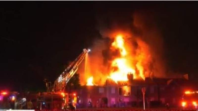 Firefighters battle large blaze at apartment complex in Tomball; 6 units destroyed