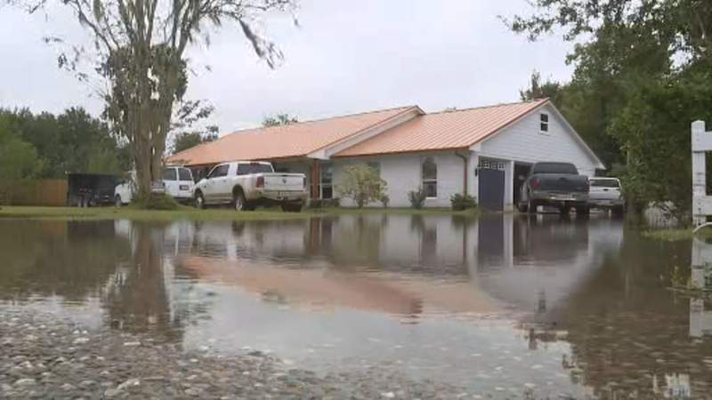 Pearland residents cleaning up after flood damage